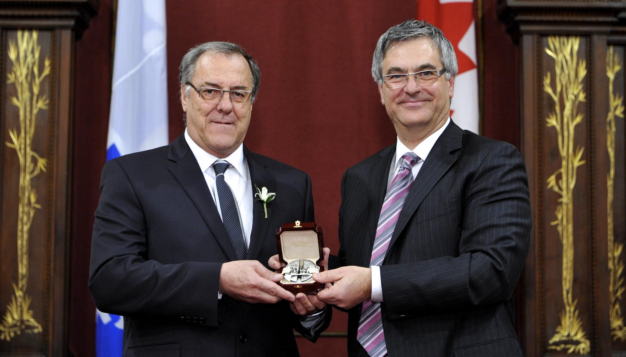 Le Prix de la justice du Québec 2010 a été décerné à Laurent McCutcheon par Jean-Marc Fournier, ministre de la Justice du Québec, pour sa contribution à l'égalité de droits.